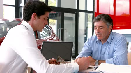 sala de exposição : Businessman explaining the car details at the car showroom