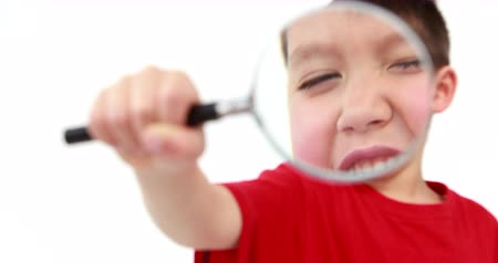 zvětšit : Little boy holding a magnifying glass in high quality 4k format