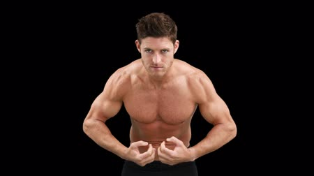 fisiculturismo : Bodybuilder posing for the camera on black background