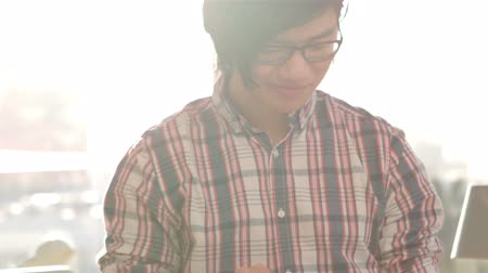 biznesmen : Happy hipster using his tablet pc in slow motion Wideo