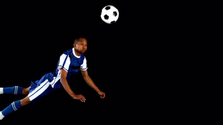 futbol topu : Soccer player playing with a soccer ball in slow motion