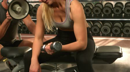 yorgunluk : Fit woman excercising with weights in slow motion