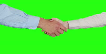 рукопожатие : Business people handshaking on green screen