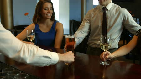 relação : Happy friends having a drink together in bar Stock Footage