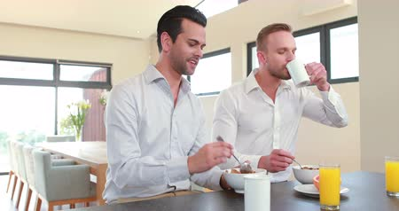 kahvaltı : Homosexual couple having breakfast in the kitchen