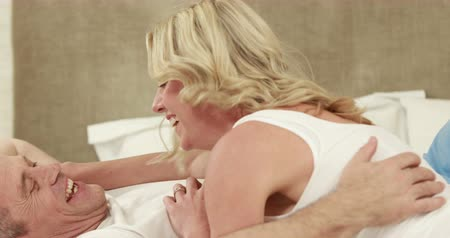 párosít : Mature couple cuddling each other laying on bed