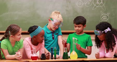 элементарный : Pupils at science lesson in classroom at the elementary school