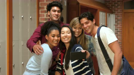 conversando : Smiling students taking a selfie in college Vídeos