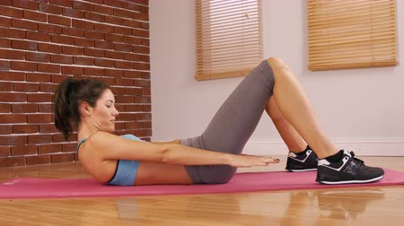 exercícios : Attractive woman doing fitness exercise in fitness studio Vídeos
