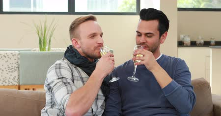 szampan : Homosexual couple drinking champagne in living room