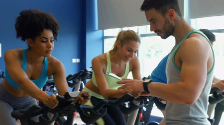 exercícios : Spin class working out in the gym in ultra hd format Vídeos