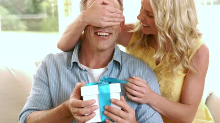 подарок : Happy mature couple with a gift box at home Стоковые видеозаписи