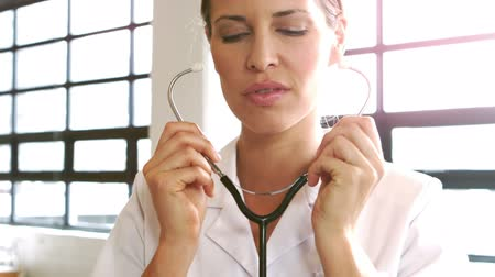 doktor : Female doctor using stethoscope at hospital