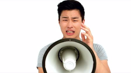 кричать : Asian man shouting on megaphone on white screen Стоковые видеозаписи