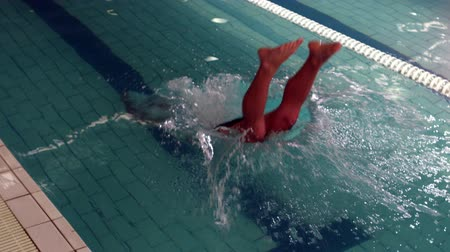 nadador : Cropped view of swimmer diving into pool at the leisure centre