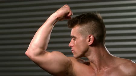бицепс : Fit man posing and kissing his biceps in crossfit