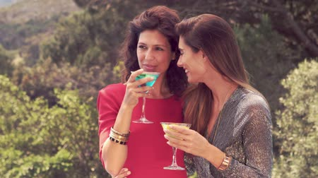 coquetel : Attractive women having a drink outdoor in slow motion