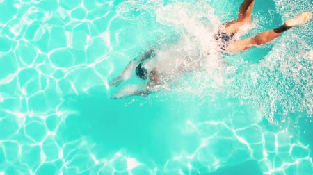 atletismo : Athletic man diving in the swimming pool in slow motion Stock Footage