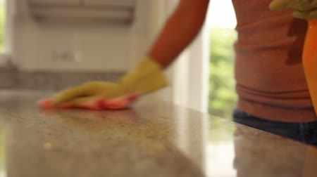 caucasiano : Woman wiping the counter at home in the kitchen
