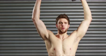тренировка : Concentrated man lifting dumbbells at the gym