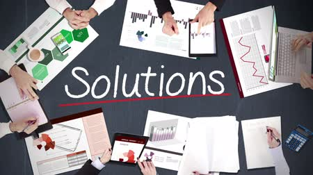 solução : Business people hands working with solutions in middle