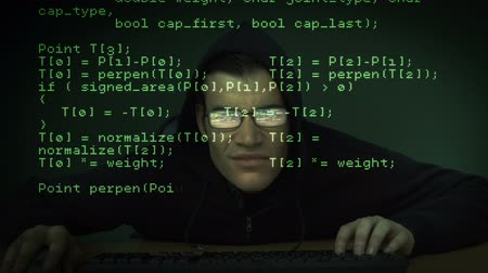 хакер : Burglar hacking into computer with matrix