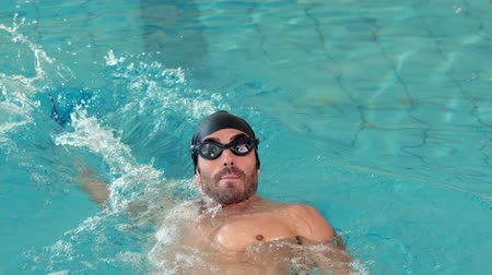 atividades de lazer : Fit man swimming in the pool at the leisure centre