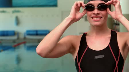 nadador : Smiling woman swimmer wearing goggles at the leisure centre