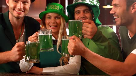 patrik : Happy friends celebrating St Patrick day in bar Dostupné videozáznamy