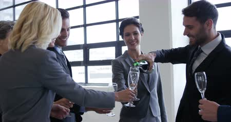 šampaňské : Business people drinking champagne in workplace