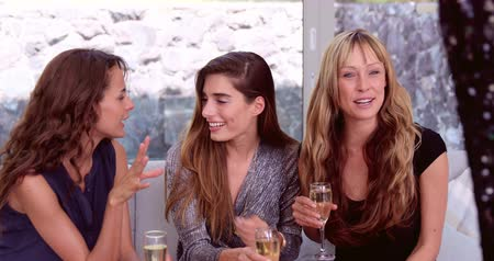 szampan : Pretty friends drinking champagne at a party