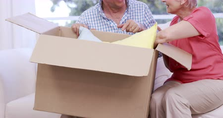 kutu : Senior couple opening box in slow motion