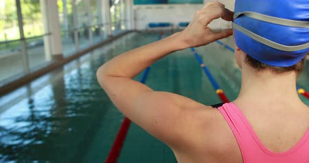 atividades de lazer : Female swimmer ready to dive into swimming pool at leisure center