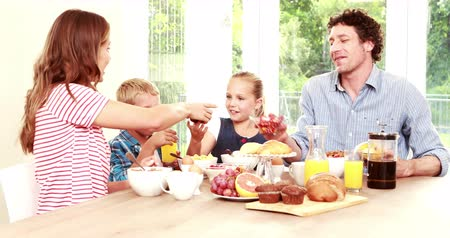 cereais : Happy family having breakfast together at home