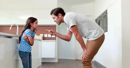 gritar : Father giving out to his daughter in the kitchen