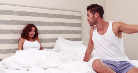 argumento : Couple arguing in bed at home Vídeos