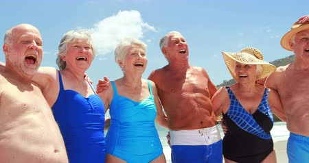 strand : Happy senior friends laughing at the beach