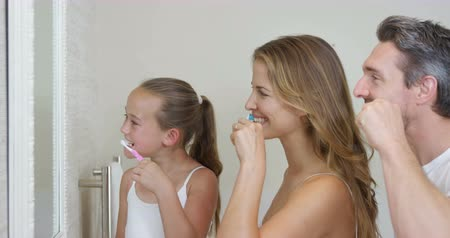 banyo : Happy family brushing teeth in the bathroom
