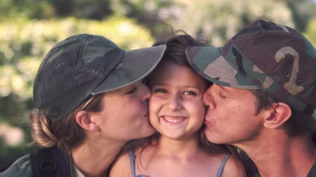 veterano : Parents soldier reunited with their daughter