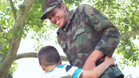 veterano : Handsome soldier reunited with his son in the garden