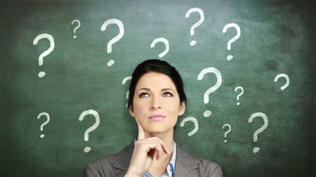 noktalama : Thoughtful businesswoman looking up against question marks