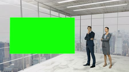 verde : Business people standing in front of a screen in a business environment