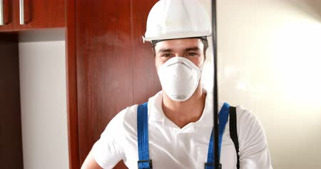 управление : Man doing pest control in the house