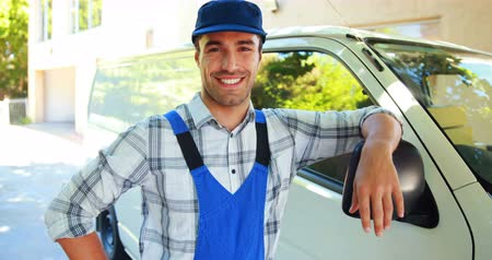 opravář : Smiling handyman leaning against his van with thumbs up Dostupné videozáznamy