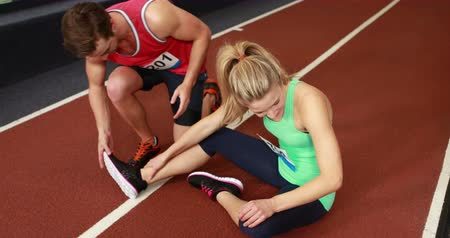 doloroso : Fit woman having an ankle pain in crossfit Stock Footage