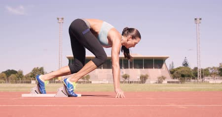 atlet : Athlete woman starting running on running track
