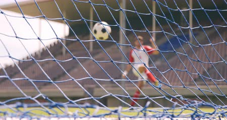 göller : Football player scoring a goal on the football ground