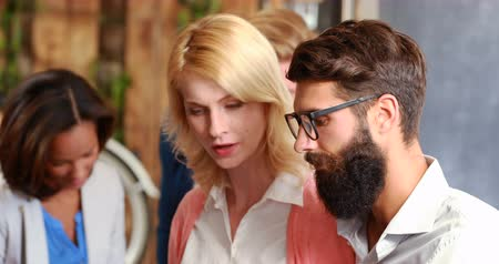 conversando : Hipster business people talking together in a cafe Vídeos