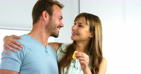 ключ : Woman holding keys and looking her husband at home Стоковые видеозаписи