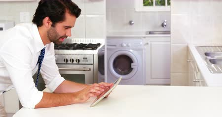 fogão : Man smiling with his tablet computer in the kitchen Stock Footage
